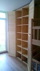 Встроенный шкаф- стенка из жалюзийных дверей в детскую комнату - foto 2