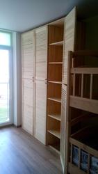 Встроенный шкаф- стенка из жалюзийных дверей в детскую комнату - foto 3