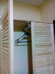 Угловой шкаф из жалюзийных дверей - foto 0