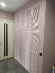 Встроенный шкаф- стенка из жалюзийных дверей в детскую комнату